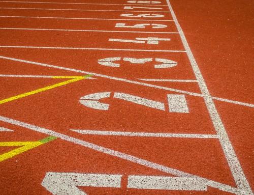 Entrenar en pista de atletismo.